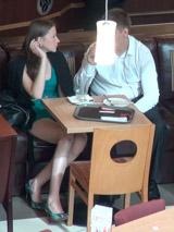 В кофейне по возможности присаживайтесь рядом с красавицей, чтобы лучше слышать и легко касаться девушки