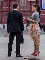 Признаки готовности к знакомству: высокие каблуки, прямая осанка, открытый взгляд и искренняя улыбка