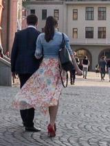 Брусчатка - отличное место для того, чтобы поддержать девушку на высоких каблуках