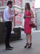 Яркое платье и высокие каблуки свидетельствуют о желании привлечь внимание противоположного пола