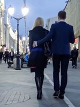После знакомства прогуляйтесь с девушкой в обнимку