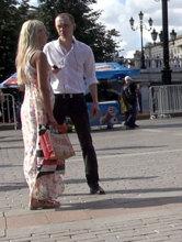 Твердая мужская стойка при знакомстве демонстрирует незнакомке уверенность