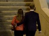 Первое свидание: обнимаем девушку за талию при прогулке