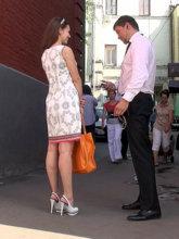Улыбка девушки во время знакомства говорит о ее открытости, в том числе к продолжению общения в более приятной обстановке