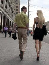 Подстройка под скорость ходьбы и темп речи девушки провоцирует подсознательное доверие к вам со стороны девушки