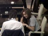 На первом свидании присаживайтесь сбоку от девушки, чтобы держать контакт глаз и при этом не создавать атмосферу деловых переговоров
