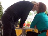 Первое свидание вы можете закончить прямо в кафе, поцеловав девушку перед прощанием