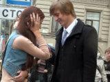 Незнакомка может смущаться во время знакомства - это нормально