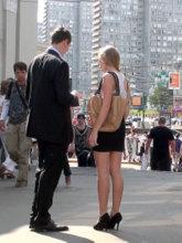 Если время позволяет, то после записи телефона ведите красавицу в кафе или в парк. Если же кто-либо из вас торопится по делам, то проверьте свой график и предложите ей пару вариантов времени для первого свидания.