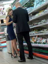 С девушками нечасто знакомятся в овощном отделе продуктового магазина, поэтому красавица хорошо запомнит ваш подход