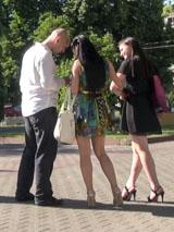 Пикап в Курске: инструктор записывает номера местных красавиц