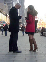 В холодную погоду люди одеваются практично и неприметно, и на их фоне нетрудно заметить расположенных к знакомству красавиц