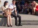 Если красавица сидит у памятника, фонтана или другого типичного места встречи, то, возможно, она ждет опаздывающего кавалера. Поэтому скорее знакомьтесь с ней, пока еще есть возможность спокойно поговорить.