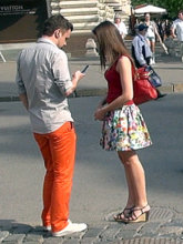 Яркая одежда не только помогает выделиться, но и сообщает незнакомкам, что вы жизнерадостный человек