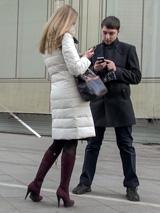 Уверенный мужчина твердо стоит на ногах, женственная девушка - наоборот.