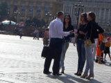 Знакомиться с группой девушек интереснее, так как вы можете переключаться с одной красавицы на другую, если выяснится, что ваша избранница несвободна.