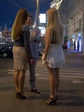 Подруга девушки отходит в сторону, чтобы не мешать знакомству