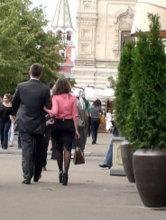 Если после знакомства красавица прогуливается под ручку с вами по центру города, то можно предположить, что она не встречается на данный момент с другим мужчиной.