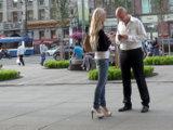 Высокие каблуки - один из самых простых способов привлечь внимание мужчин. Они делают походку женственнее, а осанку - красивее, поэтому заметить расположенную к знакомству девушку можно издалека.