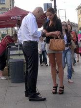 Девушка может принять закрытую позу, когда вы находитесь слишком близко к ней. Не обращайте на это внимание. Знакомство на улице - стрессовая ситуация для слабого пола, и такая защитная реакция естественна.