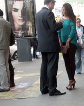Оголенные плечи, обтягивающая одежда и высокие каблуки говорят о желании привлечь мужское внимание