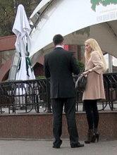 Уверенная мужская стойка при общении с незнакомкой
