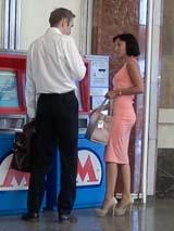 Подход к девушке в вестибюле метро