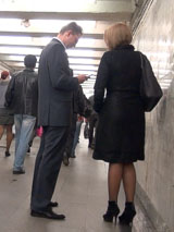Подземный переход - не самое романтичное место для знакомства, но для уверенного соблазнителя это не проблема.