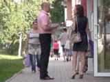 Остановите незнакомку до того, как она зайдет в магазин или подъезд, иначе общаться будет сложнее