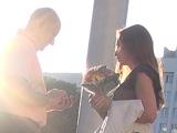 Букет цветов в руках у девушки вовсе не означает, что это подарок поклонника, с которым она находится в долговременных отношениях. Это не повод для отказа от знакомства.