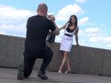 Классический способ знакомства - предложить одинокой туристке сфотографировать ее на красивом фоне
