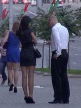 Инструктор записывает номер телефона незнакомки в центре Минска