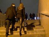 Подъем по лестнице - отличный повод физически поддержать девушку, особенно если она любит ходить на высоких каблуках.