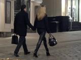 Во время прогулки на первом свидании держите девушку за руку. Этим вы не только задаете направление и скорость, но и каждую секунду получаете обратную связь от нее. Если она с удовольствием сжимает вашу руку или покачивает ей, то это говорит о ее симпатии к вам.